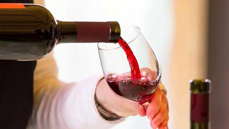 bardağa dökülen şarap.