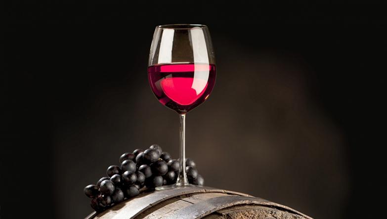 varilin üstünde kırmızı şarap
