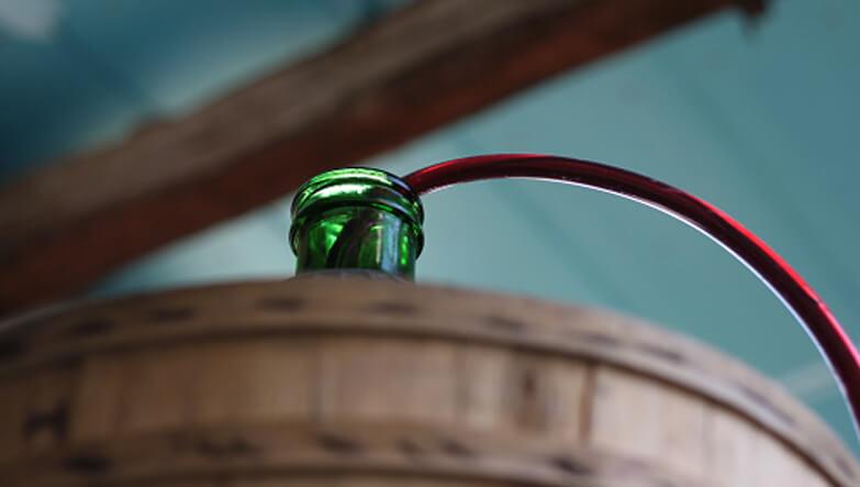 kırmızı şarap şişeleme işlemi