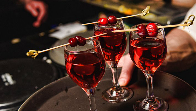3 adet lezzetli kırmızı şarap