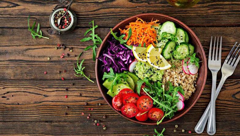 lezzetli sebzeli vegan salatası