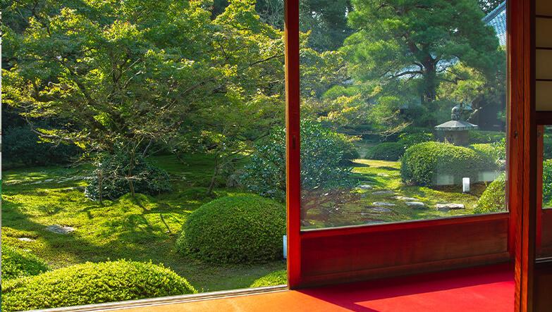 bahçeye açılan cam balkon